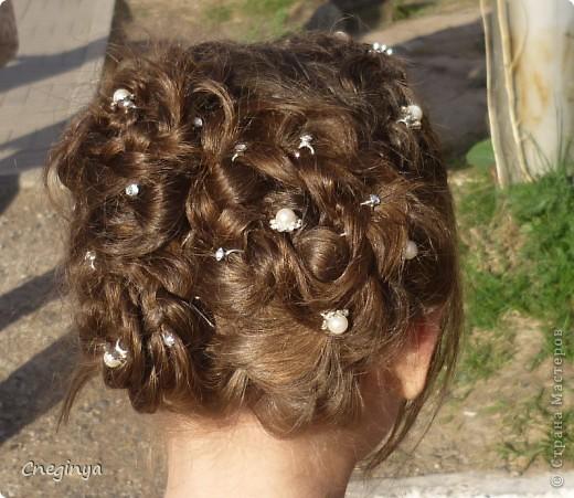 Общий вид. Прическа состоит из плетеных кос и цветов из волос, украшена декоративными шпильками. фото 5