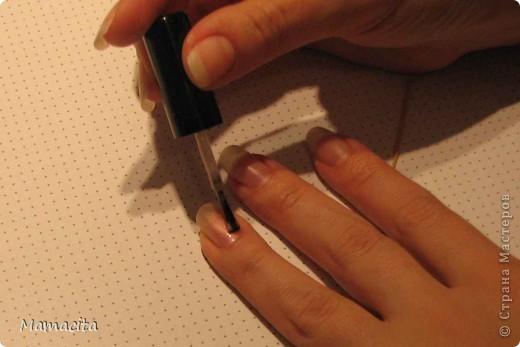 Хочу показать вам свой вариант росписи ногтей, навеянный французским маникюром. Мне очень нравится французский маникюр, но если сделать его недостаточно аккуратно, то уж лучше просто покрыть ногти однотонным лаком. А на кропотливое выведение полосочек у меня, к сожалению, нет времени, точнее мне жалко тратить свое время на этот процесс.  фото 3