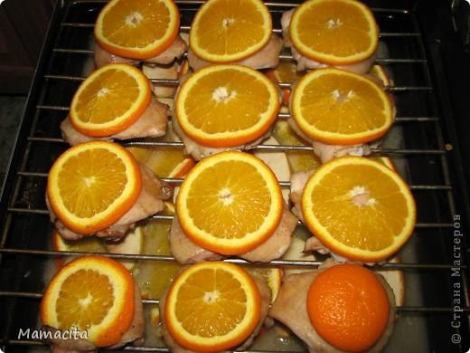Это рецепт вкусных, сочных и очень аппетитных куриных бедрышек. Готовится в духовке на противне с решеткой при температуре 250-280°С примерно 1 час. Яблочно-апельсиновый аромат очень нежный и тонкий, ничуть не портит вкусовые качества курицы, а наоборот добавляет ей свежую нотку. фото 4