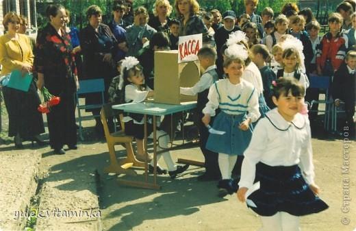 В 2002 году родилась замечательная традиция проводить праздники, посвящённые «Последнему звонку», в театрализованной форме. Это означает, что каждый год выпускники, педагоги и родители в течение всего года шьют костюмы, изготавливают декорации и т.д.  Вся подготовка проходит в обстановке строжайшей секретности. До 25 мая никто посторонний в школе и селе не знает, какой будет тема праздника «Последний звонок» на этот раз, как выглядят костюмы выпускников и педагогов, под какую музыкальную композицию они будут танцевать? Это Последний звонок 2012. Карнавал в Венеции. Выпускники 11 класса с классной руководительницей!  О них пишут здесь http://kp.ru/daily/25889/2850217/ фото 7