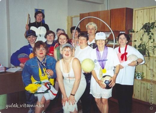 В 2002 году родилась замечательная традиция проводить праздники, посвящённые «Последнему звонку», в театрализованной форме. Это означает, что каждый год выпускники, педагоги и родители в течение всего года шьют костюмы, изготавливают декорации и т.д.  Вся подготовка проходит в обстановке строжайшей секретности. До 25 мая никто посторонний в школе и селе не знает, какой будет тема праздника «Последний звонок» на этот раз, как выглядят костюмы выпускников и педагогов, под какую музыкальную композицию они будут танцевать? Это Последний звонок 2012. Карнавал в Венеции. Выпускники 11 класса с классной руководительницей!  О них пишут здесь http://kp.ru/daily/25889/2850217/ фото 15