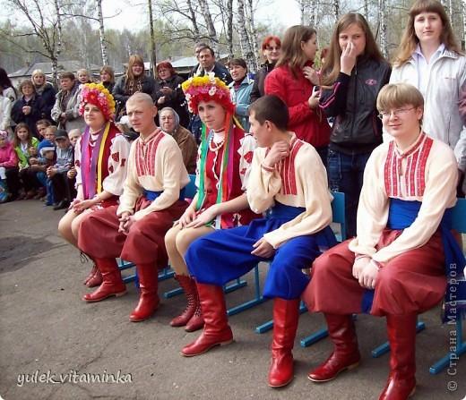 В 2002 году родилась замечательная традиция проводить праздники, посвящённые «Последнему звонку», в театрализованной форме. Это означает, что каждый год выпускники, педагоги и родители в течение всего года шьют костюмы, изготавливают декорации и т.д.  Вся подготовка проходит в обстановке строжайшей секретности. До 25 мая никто посторонний в школе и селе не знает, какой будет тема праздника «Последний звонок» на этот раз, как выглядят костюмы выпускников и педагогов, под какую музыкальную композицию они будут танцевать? Это Последний звонок 2012. Карнавал в Венеции. Выпускники 11 класса с классной руководительницей!  О них пишут здесь http://kp.ru/daily/25889/2850217/ фото 25
