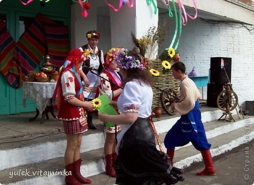 В 2002 году родилась замечательная традиция проводить праздники, посвящённые «Последнему звонку», в театрализованной форме. Это означает, что каждый год выпускники, педагоги и родители в течение всего года шьют костюмы, изготавливают декорации и т.д.  Вся подготовка проходит в обстановке строжайшей секретности. До 25 мая никто посторонний в школе и селе не знает, какой будет тема праздника «Последний звонок» на этот раз, как выглядят костюмы выпускников и педагогов, под какую музыкальную композицию они будут танцевать? Это Последний звонок 2012. Карнавал в Венеции. Выпускники 11 класса с классной руководительницей!  О них пишут здесь http://kp.ru/daily/25889/2850217/ фото 27