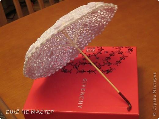 Предлагаю вашему вниманию зонтик из бумаги. Где-то в Стране увидела настоящий кружевной зонтик и решила сделать что-то подобное из бумажных полос. Делала довольно долго. Диаметр 25 см. Состоит из 8-ми секторов. Самое трудное было, чтобы они совпали друг с другом.  фото 5