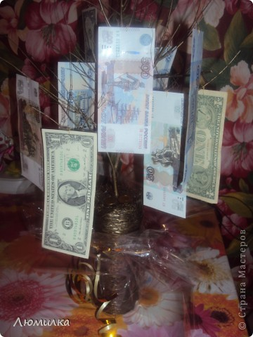 Я не очень люблю дарить деньги в конвертах. Как-то банально... Вот и родилась у меня идея эдакого деревца. Одаряемый был в бурном восторге от такого презента! К тому же мы пришли к выводу, что это так называемый НЗ! Разорять-то жалко! В общем, буду рада если кому пригодится моя идея!  фото 1