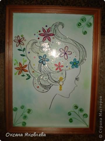 Девушка нарисованна акварельным карандашом, фон выполнен в зеленой  гамме (от светлого до темного), цветы выполнены в технике квиллинг, также использовались бисер, бусинки и блестки. фото 1
