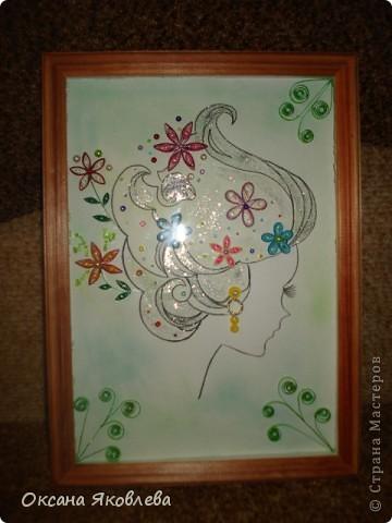 Девушка нарисованна акварельным карандашом, фон выполнен в зеленой  гамме (от светлого до темного), цветы выполнены в технике квиллинг, также использовались бисер, бусинки и блестки. фото 2