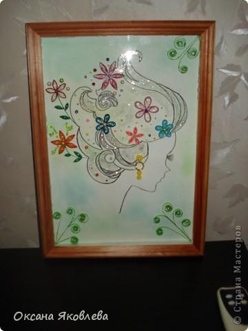 Девушка нарисованна акварельным карандашом, фон выполнен в зеленой  гамме (от светлого до темного), цветы выполнены в технике квиллинг, также использовались бисер, бусинки и блестки. фото 3