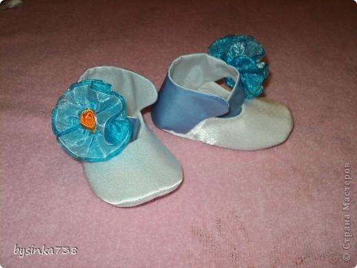 Нарядные атласные туфельки шила на крестины. Только кнопочки-застежки еще не пробила )) фото 2