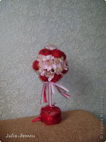 """Здравствуйте, уважаемые жители Страны мастеров. Я  опять натворила топиарчиков.  Остановиться не могу. . . Это """"Цветочный бум"""". Топиарий- дерево счастья сделанно из искусственных цветов, в середину каждого цветочка приклеина бусинка. Горшочек декорирован сизалью.  фото 2"""