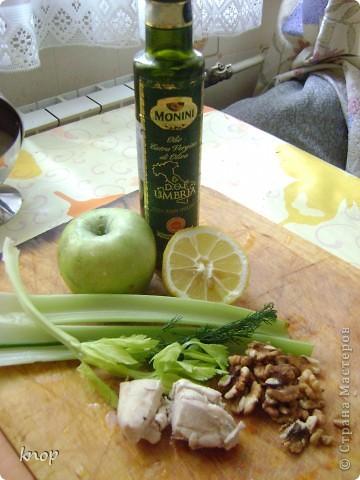 """""""Мы то,что мы едим"""" наверняка слышали и не один раз? так вот мне надоело быть картофелем фри с жареным мясом. пусть я лучше буду полезным и вкусным салатом))) если Вы со мной, то Вам понадобится: зеленое яблоко  стебли сельдерея отварное филе курочки( можно гриль) грецкий орех зелень лимон и оливковое масло для заправки(можно подсолнечное рафинированное)   фото 1"""