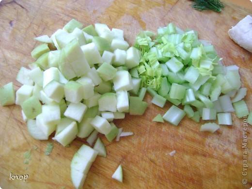 """""""Мы то,что мы едим"""" наверняка слышали и не один раз? так вот мне надоело быть картофелем фри с жареным мясом. пусть я лучше буду полезным и вкусным салатом))) если Вы со мной, то Вам понадобится: зеленое яблоко  стебли сельдерея отварное филе курочки( можно гриль) грецкий орех зелень лимон и оливковое масло для заправки(можно подсолнечное рафинированное)   фото 2"""