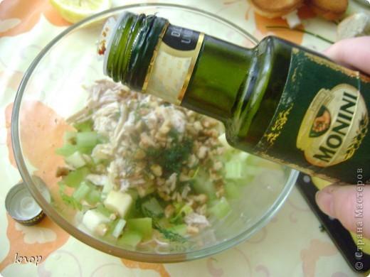 """""""Мы то,что мы едим"""" наверняка слышали и не один раз? так вот мне надоело быть картофелем фри с жареным мясом. пусть я лучше буду полезным и вкусным салатом))) если Вы со мной, то Вам понадобится: зеленое яблоко  стебли сельдерея отварное филе курочки( можно гриль) грецкий орех зелень лимон и оливковое масло для заправки(можно подсолнечное рафинированное)   фото 5"""