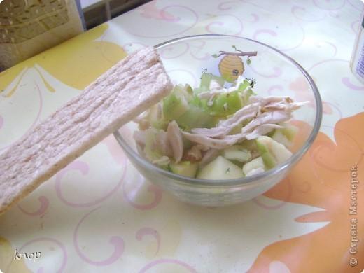 """""""Мы то,что мы едим"""" наверняка слышали и не один раз? так вот мне надоело быть картофелем фри с жареным мясом. пусть я лучше буду полезным и вкусным салатом))) если Вы со мной, то Вам понадобится: зеленое яблоко  стебли сельдерея отварное филе курочки( можно гриль) грецкий орех зелень лимон и оливковое масло для заправки(можно подсолнечное рафинированное)   фото 6"""