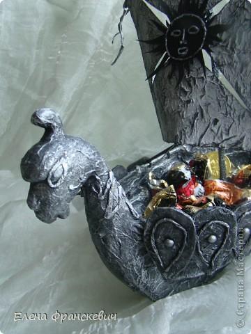 Копию своей ладьи делала с фото (см.ниже). Это памятник ладьи в Кунгуре на Урале. Сама там не была, наткнулась в сети, запала в душу. Как говорят на этом сайте, сповторюшничала))). Идея презента ко дню рождения родственника  отпала сама собой. На мой вопрос,  что подарить ответил пиратский корабль, но не могу же я повторяться…..Да и мужчина уже далеко не мальчик, надо было что-то посерьезнее и посолиднее. Принимайте результат……….. фото 5