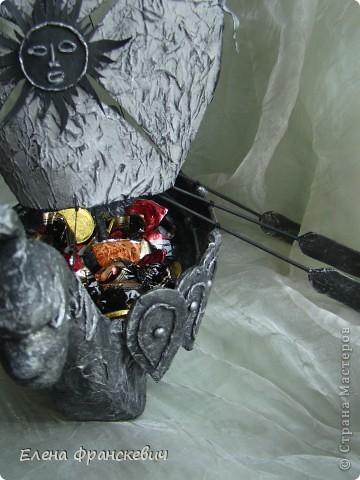 Копию своей ладьи делала с фото (см.ниже). Это памятник ладьи в Кунгуре на Урале. Сама там не была, наткнулась в сети, запала в душу. Как говорят на этом сайте, сповторюшничала))). Идея презента ко дню рождения родственника  отпала сама собой. На мой вопрос,  что подарить ответил пиратский корабль, но не могу же я повторяться…..Да и мужчина уже далеко не мальчик, надо было что-то посерьезнее и посолиднее. Принимайте результат……….. фото 10