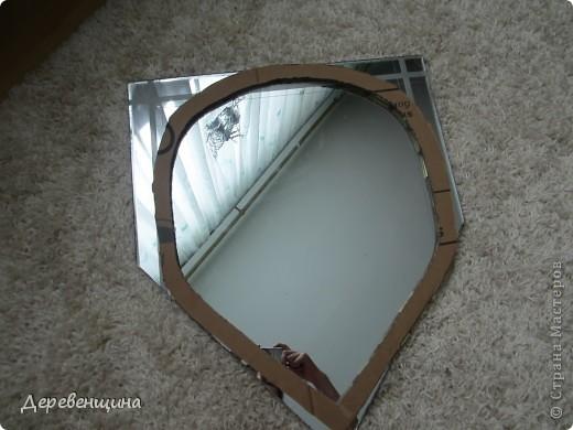 как видите сами, ремонт в стадии разгара, так что пока будет висеть некрашеным, так как я понятия не имею, какого цвета будет плитка.  Раньше зеркало было большим, но детки растут, зеркала бьются, осталась калека, которую надо было приукрасить.  Сразу предупреждаю -уголков не будет, просто я ещё не умею пользоваться стеклорезом.  фото 2