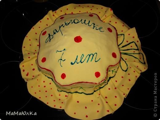 Здравствуйте! Сегодня у нашей дочки день рождения. А вчера ,когда она уснула, я сделала ей такой тортик. Времени на фантазию было мало, поэтому сделала желейную мастику, раскатала большой круг, наложила на готовый торт и расписала под шляпку. Накануне у ребенка поднялась температура и пришлось отменить увеселительные мероприятия, а вот в домашнем кругу порадовать захотелось ребенка. Хоть такая маленькая радость будет. фото 1
