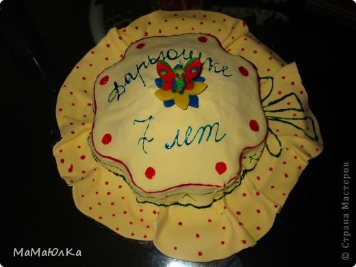 Здравствуйте! Сегодня у нашей дочки день рождения. А вчера ,когда она уснула, я сделала ей такой тортик. Времени на фантазию было мало, поэтому сделала желейную мастику, раскатала большой круг, наложила на готовый торт и расписала под шляпку. Накануне у ребенка поднялась температура и пришлось отменить увеселительные мероприятия, а вот в домашнем кругу порадовать захотелось ребенка. Хоть такая маленькая радость будет. фото 2