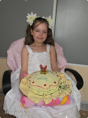 Здравствуйте! Сегодня у нашей дочки день рождения. А вчера ,когда она уснула, я сделала ей такой тортик. Времени на фантазию было мало, поэтому сделала желейную мастику, раскатала большой круг, наложила на готовый торт и расписала под шляпку. Накануне у ребенка поднялась температура и пришлось отменить увеселительные мероприятия, а вот в домашнем кругу порадовать захотелось ребенка. Хоть такая маленькая радость будет. фото 5