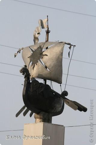 Копию своей ладьи делала с фото (см.ниже). Это памятник ладьи в Кунгуре на Урале. Сама там не была, наткнулась в сети, запала в душу. Как говорят на этом сайте, сповторюшничала))). Идея презента ко дню рождения родственника  отпала сама собой. На мой вопрос,  что подарить ответил пиратский корабль, но не могу же я повторяться…..Да и мужчина уже далеко не мальчик, надо было что-то посерьезнее и посолиднее. Принимайте результат……….. фото 2