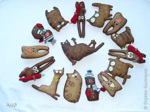 Пошились еще в прошлом, 2011 году (год кота или кролики) вот такие сувениры на работу. Первая моя проба шить кофейные игрушки. фото 1
