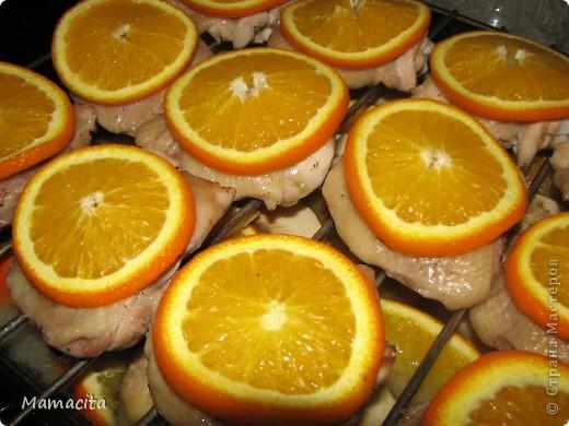 Это рецепт вкусных, сочных и очень аппетитных куриных бедрышек. Готовится в духовке на противне с решеткой при температуре 250-280°С примерно 1 час. Яблочно-апельсиновый аромат очень нежный и тонкий, ничуть не портит вкусовые качества курицы, а наоборот добавляет ей свежую нотку. фото 1