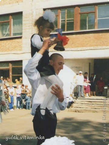 В 2002 году родилась замечательная традиция проводить праздники, посвящённые «Последнему звонку», в театрализованной форме. Это означает, что каждый год выпускники, педагоги и родители в течение всего года шьют костюмы, изготавливают декорации и т.д.  Вся подготовка проходит в обстановке строжайшей секретности. До 25 мая никто посторонний в школе и селе не знает, какой будет тема праздника «Последний звонок» на этот раз, как выглядят костюмы выпускников и педагогов, под какую музыкальную композицию они будут танцевать? Это Последний звонок 2012. Карнавал в Венеции. Выпускники 11 класса с классной руководительницей!  О них пишут здесь http://kp.ru/daily/25889/2850217/ фото 8