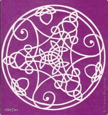 Мандала - это модель мира, которую каждый человек создает себе сам, это - символический рисунок, обычно - квадрат внутри круга или круг внутри квадрата, с каким-либо символом в центре. Раскраска мандал настраивает на творческий лад и активизирует подсознание. Раскрашивая мандалы, человек погружается в гармонию и спокойствие. А я люблю их вырезать. фото 1