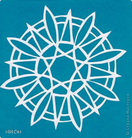 Мандала - это модель мира, которую каждый человек создает себе сам, это - символический рисунок, обычно - квадрат внутри круга или круг внутри квадрата, с каким-либо символом в центре. Раскраска мандал настраивает на творческий лад и активизирует подсознание. Раскрашивая мандалы, человек погружается в гармонию и спокойствие. А я люблю их вырезать. фото 4