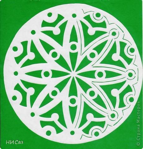 Мандала - это модель мира, которую каждый человек создает себе сам, это - символический рисунок, обычно - квадрат внутри круга или круг внутри квадрата, с каким-либо символом в центре. Раскраска мандал настраивает на творческий лад и активизирует подсознание. Раскрашивая мандалы, человек погружается в гармонию и спокойствие. А я люблю их вырезать. фото 8