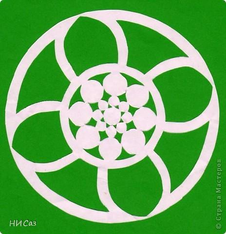 Мандала - это модель мира, которую каждый человек создает себе сам, это - символический рисунок, обычно - квадрат внутри круга или круг внутри квадрата, с каким-либо символом в центре. Раскраска мандал настраивает на творческий лад и активизирует подсознание. Раскрашивая мандалы, человек погружается в гармонию и спокойствие. А я люблю их вырезать. фото 11