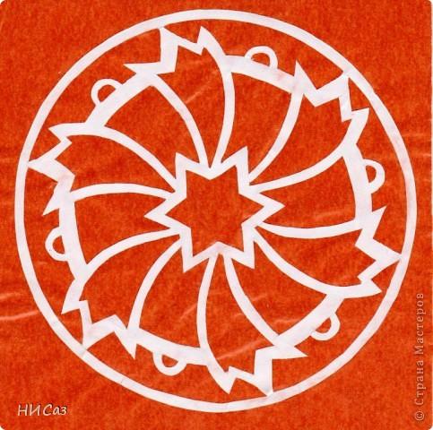 Мандала - это модель мира, которую каждый человек создает себе сам, это - символический рисунок, обычно - квадрат внутри круга или круг внутри квадрата, с каким-либо символом в центре. Раскраска мандал настраивает на творческий лад и активизирует подсознание. Раскрашивая мандалы, человек погружается в гармонию и спокойствие. А я люблю их вырезать. фото 12