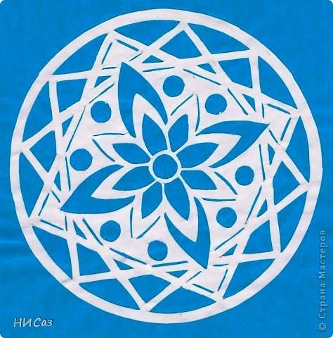 Мандала - это модель мира, которую каждый человек создает себе сам, это - символический рисунок, обычно - квадрат внутри круга или круг внутри квадрата, с каким-либо символом в центре. Раскраска мандал настраивает на творческий лад и активизирует подсознание. Раскрашивая мандалы, человек погружается в гармонию и спокойствие. А я люблю их вырезать. фото 13
