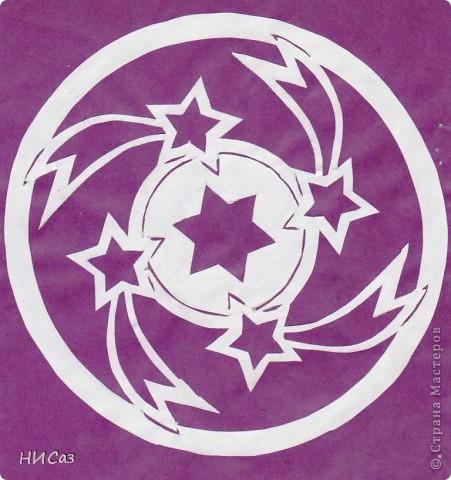Мандала - это модель мира, которую каждый человек создает себе сам, это - символический рисунок, обычно - квадрат внутри круга или круг внутри квадрата, с каким-либо символом в центре. Раскраска мандал настраивает на творческий лад и активизирует подсознание. Раскрашивая мандалы, человек погружается в гармонию и спокойствие. А я люблю их вырезать. фото 14