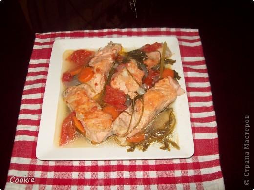 Рыбу порезать кусочками/ у меня красная форель/. На дно кастрюли положить лук кольцами, морковку кружочками, веточки петрушки и укропа или тархун, перец горошек. Наверх рыбу /соль, перец по вкусу/ , накрыть помидорами / порезать кольцами/, добавить немного воды и кусочек масла. Тушить 40 минут. Приятного аппетита!