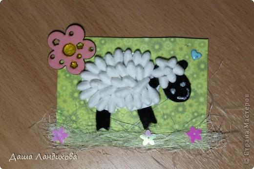 """Как то давно на просторах интернета нашла мастер класс по изготовлению держателя для фотографий в виде овечки из ватных палочек, мысль сотворить что то подобное крепко засела в голове и вот появилась такая вот серия. А название - помните песенку из мультика про псов-мушкетеров: """"Мы бедны овечки, никто нас не пасет..."""" В общем мои овечки ждут своих пастушек или пастухов. фото 2"""