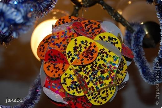 Мы с ребенком (2,5года) сделали вот такое новогоднее украшение. Можно и не к новому году, а просто так. Получается объемная игрушка из 12 картонных заготовок. Заготовки можно делать из разных цветов картона, приклеить на картон - на клей блестки – пайетки,  раскрасить, наклеить наклейки и т.д. Игрушка висит под люстрой - потому на фото не совсем понятно что это:) фото 8