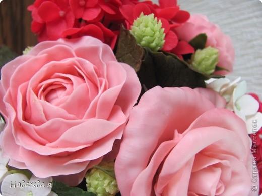 """""""Собрался"""" такой букетик примерно 17Х20. Долго думала о дополнении к розовым цветам, дополнила беленькими - оживился букетик, но опять чего-то не хватало, слепила шишечки под цвет вазочки, теперь кажется композиция закончена. фото 3"""