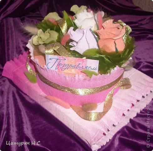 Вот такую композицию я срставила в подарок девочке.  Основа - коробочка с подарком, а сверху печенье в жестяной банке. Хотела сделать подобие тортика. Я уже показывала эту работу в предыдущем посте.....ИЗВИНИТЕ за повтор фото 1