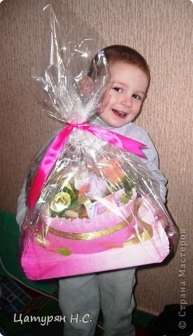 Вот такую композицию я срставила в подарок девочке.  Основа - коробочка с подарком, а сверху печенье в жестяной банке. Хотела сделать подобие тортика. Я уже показывала эту работу в предыдущем посте.....ИЗВИНИТЕ за повтор фото 3