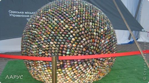 Оксана Мась  .. автор этого чуда..   все сделано из деревянных расписных яиц..это только фрагменты . фото 1