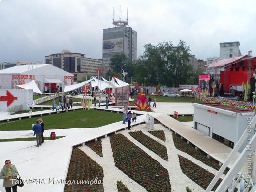 Погода не солнечная,но хорошо,что нет дождя ,как вчера.Мы смогли  ещё раз заглянуть в фестивальный городок .Красная дорожка центрального входа фото 7