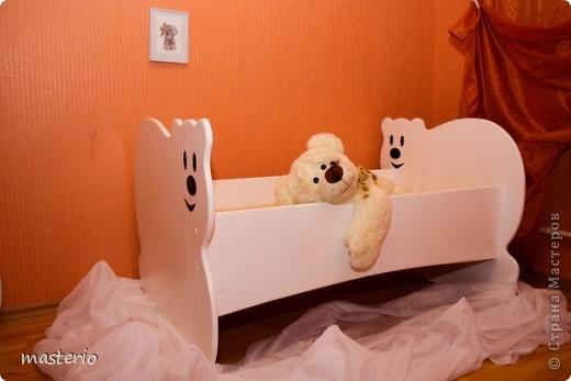 """Детская кровать """"Белый мишка"""" и комплект """"Медвежатки"""" (стол, стульчик, табурет и скамеечка). фото 2"""