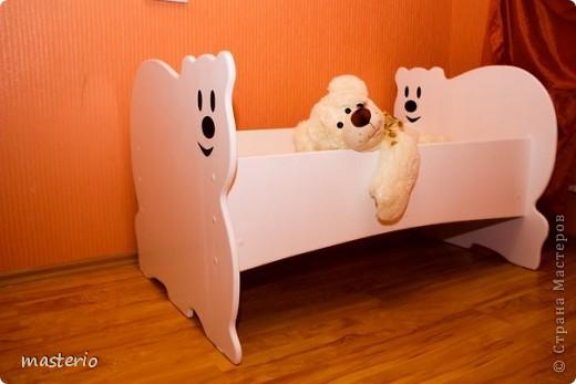 """Детская кровать """"Белый мишка"""" и комплект """"Медвежатки"""" (стол, стульчик, табурет и скамеечка). фото 1"""