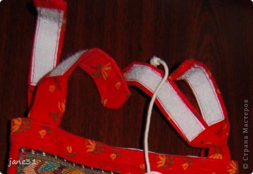 Я для своей доци пошила вот такие замечательные кармашки-развивашки. Шила еще когда, ребенку было 6-7 мес., но до сих пор пользуемся кармашками - храним в них мелочи, игрушки. На фото кармашки - темные на красном фоне (надо было что-то по-контрастней - но что было под рукой :)) фото 8