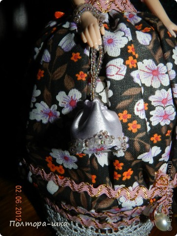 Делала эту куклу совсем не собираясь в вынужденной режиме)) Не успела донести голубоглазую уездную барышню в ромашковом голубом, перехватили по пути к одариваемой приятельнице. Выпросили, не смогли устоять от её небесно-голубых глазок!))) Сделала эту в спешке, по этому не совсем довольна дизайном, но не могла вам не показать! Возможно кто-то интересуется моими куколками и отслеживает появление новых)))  фото 8