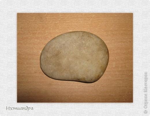 """Кто хоть раз попробовал расписывать камушки, знает, как это увлекательно! Вот и я решила вновь что-нибудь изобразить. И не что-нибудь, а, конечно, котов!:-)) Ведь кошачья тема сейчас очень актуальна в Стране Мастеров! Картины, витражи, поделки из солёного теста - просто глаза разбегаются!  Я с удовольствием принимаю эстафету и представляю расписной камушек """"Коты на крыше"""".  фото 2"""