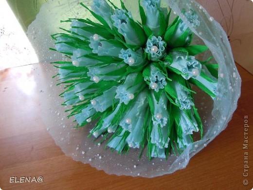 Срочно попросили сделать конфетный подарок на 5-летнюю годовщину свадьбы.Ну так как я ещё учусь свит-дизайну,не рискнула делать что то другое,кроме букета не было времени проводить эксперименты над конфетами.Бутоны делала вот по этому МК http://stranamasterov.ru/node/354568?tid=451%2C1707 фото 2