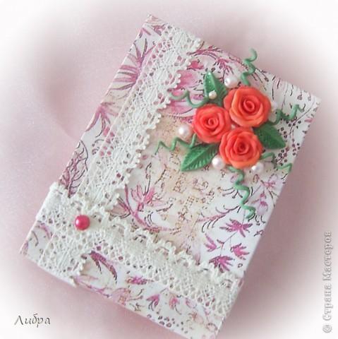 Сестра собралась на свадьбу к подрудке, вот решили сделать подарочную коробочку. Цветы и листики из пластики. фото 1